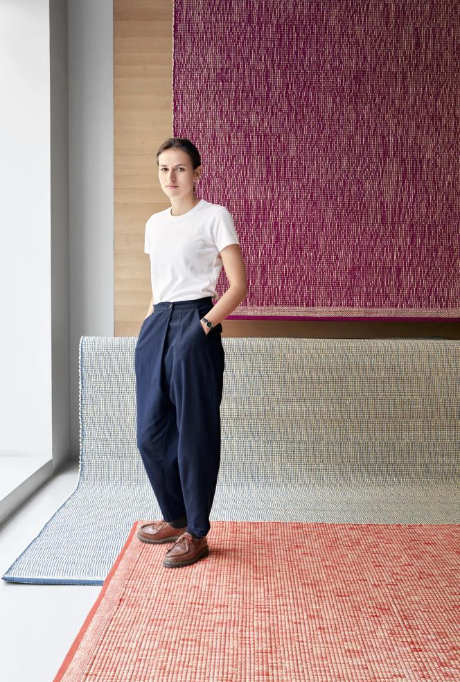 Julie Richoz, 28 ans, devant des tapis en rafia de la collection Binaire qu'elle a imaginés avec des motifs irréguliers, avec Cogolin en 2018
