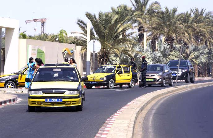 Des policiers sénégalais inspectent les véhicules à l'entrée d'un hôtel de Dakar en janvier 2016.