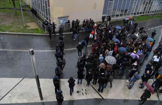 Des étudiants et des gendarmes devant l'université de Nanterre, le 9 avril 2018.