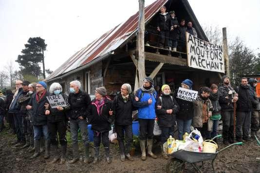 Plusieurs dizaines de zadistes sont venus s'opposer à la destruction du squat des 100Noms.