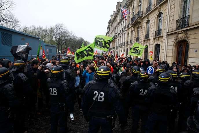 Peu avant l'ouverture des débats en première lecture, plusieurs centaines de manifestants se sont rassemblées lundi 9 avril près de l'Assemblée nationale, à Paris.