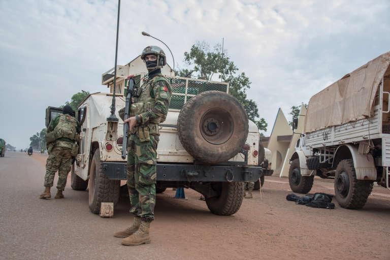 Des hommes du contingent portugais de la mission des Nations unies en Centrafrique (Minusca) participant à l'opération contre les groupes armés du quartier duPK5, à Bangui, le 8avril 2018.