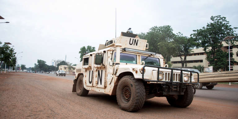 Un véhicule de la Minusca patrouille dans le quartier PK5 de Bangui, le 8 avril 2018.