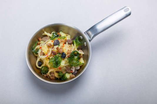 Spaghettis, piment, ail, pommes de terre, pain sec, galets recouverts d'algues pour cette recette rustique de pâtes.