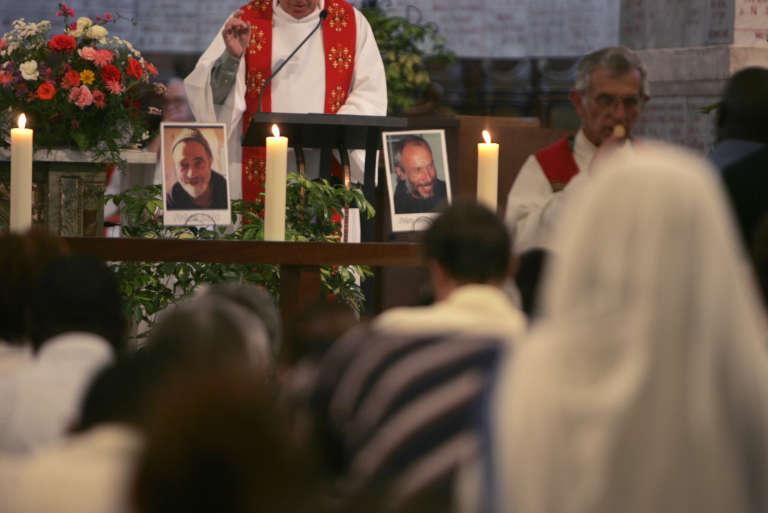 Prière en mémoire des sept moines français du monastère de Tibéhirine à l'occasion du dixième anniversaire de leur assassinat, en mai2006, à la cathédrale Notre-Dame-d'Afrique à Alger.