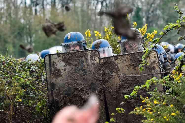 Les gendarmes tentent de progresser dans la ZAD.
