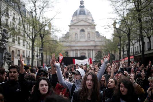 Manifestation des étudiants contre la réforme des universités devant la Sorbonne, à Paris, le 10 avril.