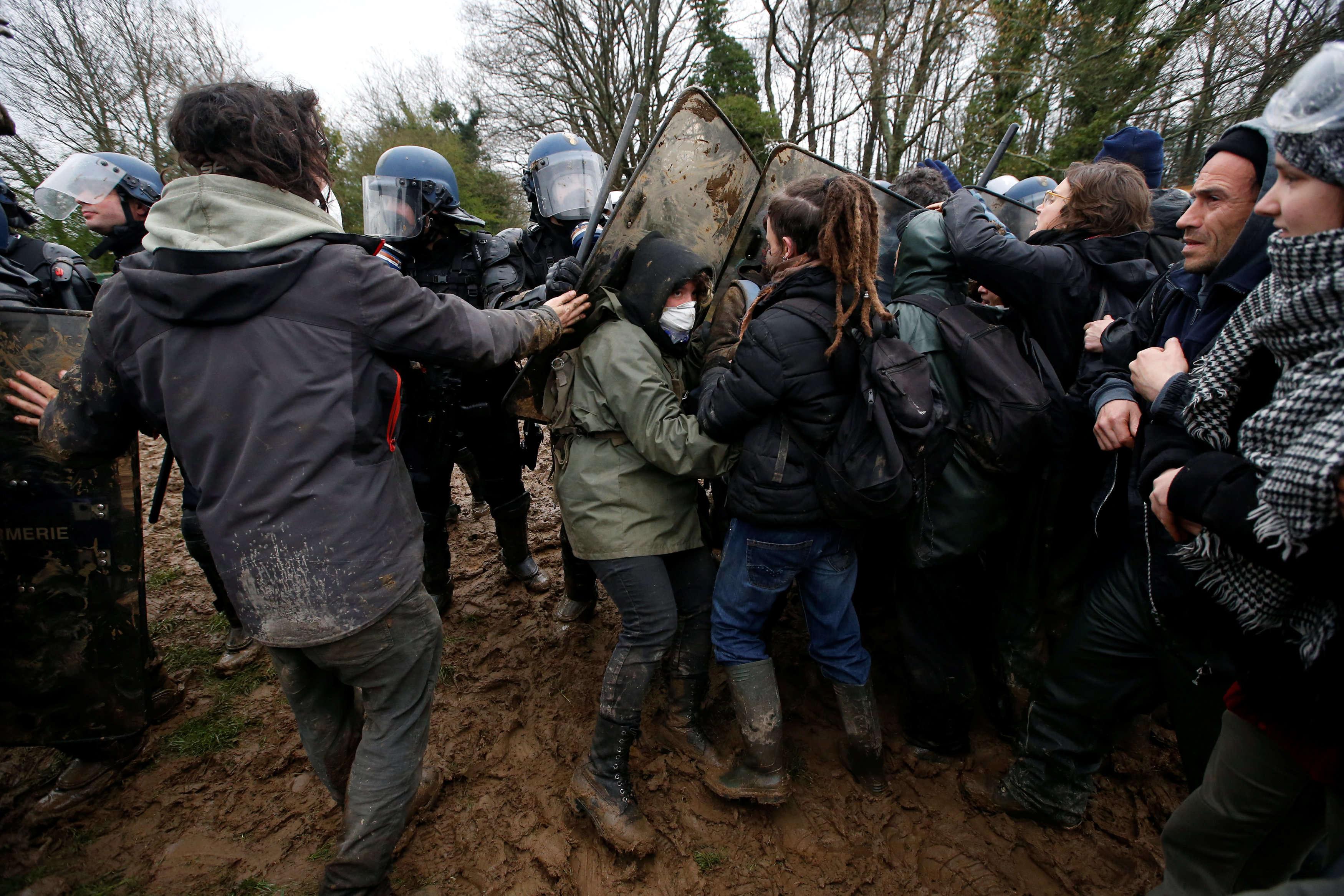 Tout au long de la journée, des face-à-face tendus ont éclaté entre gendarmes et zadistes.