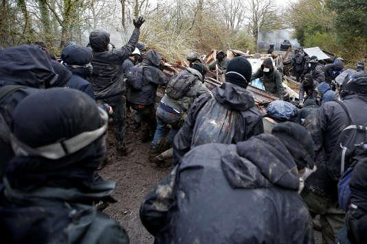 Des zadistes face à un blindé de la gendarmerie, mardi10 avril 2018.