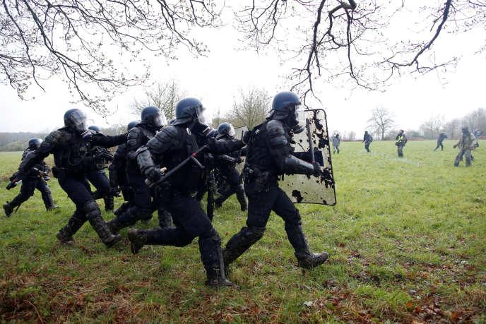 Des gendarmes courent, bouclier à la main,vers les manifestants de Notre-Dame-des-Landes, le 10 avril.