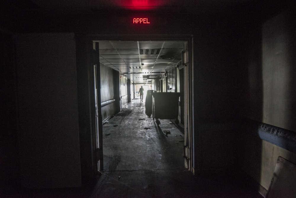 Dans un des couloirs du service de maternité après l'incendie.