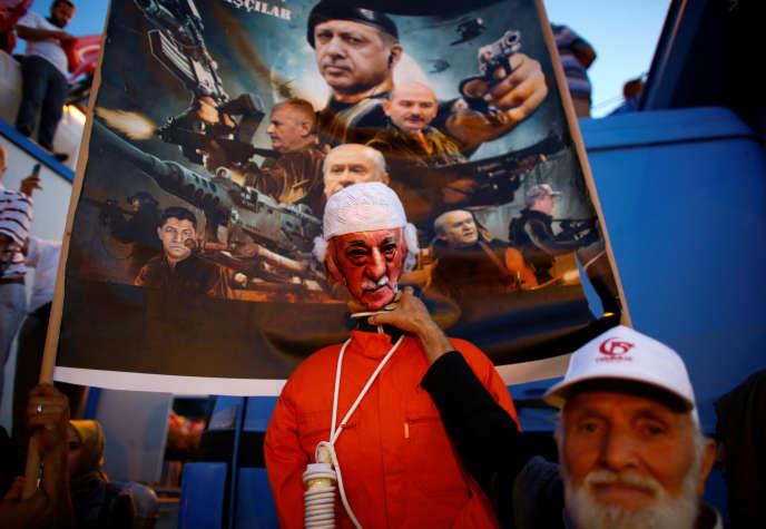 Un manifestant brandit une effigie de Fethullah Gülen, accusé d'être le cerveau du putsch manqué de juillet 2016 en Turquie, lors d'une cérémonie commémorant la tentative de coup d'Etat à Istanbul,le 15juillet 2017.