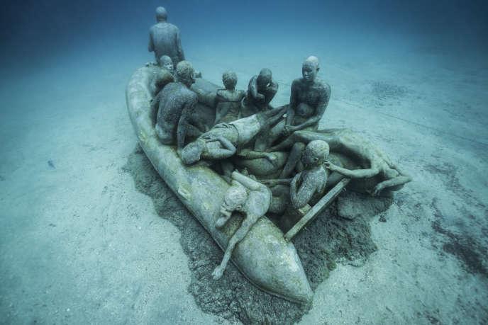 « Le Radeau de Lampedusa » (2016), de Jason de Caires Taylor, œuvre immergée au large de Lanzarote, dans l'archipel des Canaries.