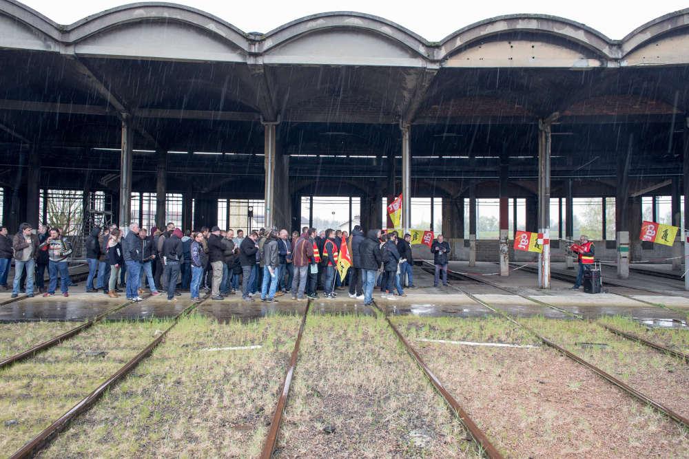 La grève a commencé depuis une petite semaine à la SNCF. A Migennes, près de la vieille rotonde de la gare, cheminots et représentants syndicaux se retrouvent en assemblée générale pour faire le point sur la mobilisation.