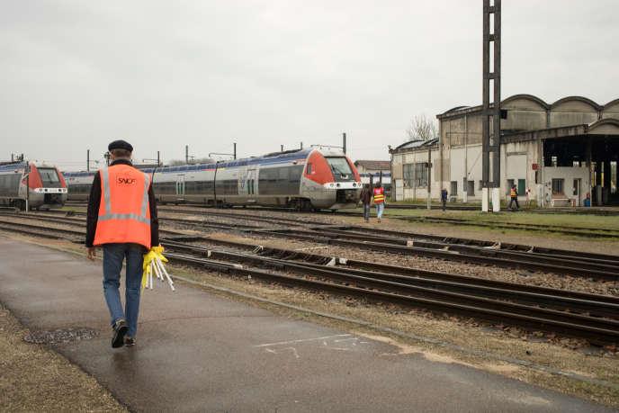 Le 8 avril 2018, à la gare de Laroche-Migennes, des cheminots font grève pour protester contre les réformes lancées par Emmanuel Macron et son gouvernement.