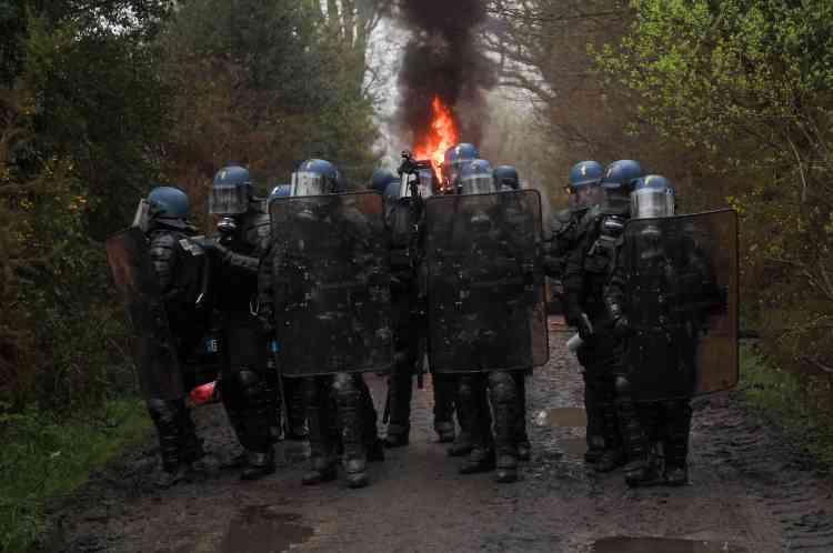 L'avancée des forces de l'ordre sur l'un des accès à la ZAD.