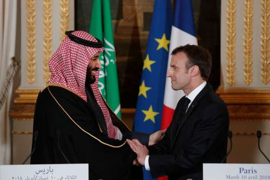 French President Emmanuel Macron (R) greets Saudi Arabia's Crown Prince Mohammed bin Salman (L) following their press conference at the Elysee Palace in Paris on April 10, 2018. / AFP / POOL / YOAN VALAT