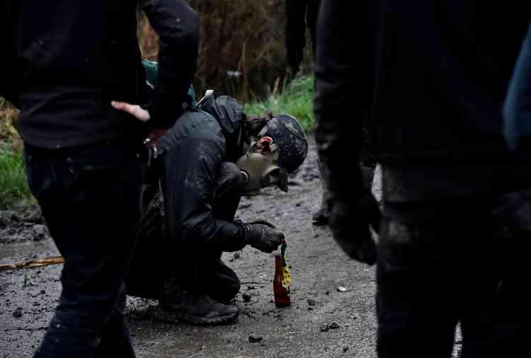 Parmi les projectiles de toute nature, certains zadistes avaient préparé des cocktails Molotov. Un des manifestants a été placé en garde à vue.
