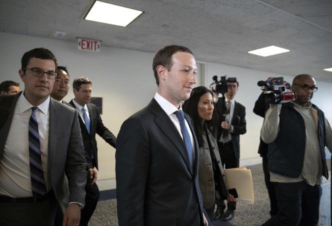 Le PDG et fondateur de Facebook, Mark Zuckerberg, après sa rencontre avec le sénateur Bill Nelson, au Capitole, à Washington, le 9 avril