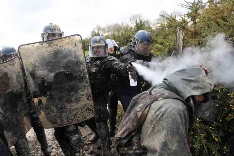 Les gendarmes mobiles ont repoussé les zadistes à l'aide de gaz lacrymogènes.