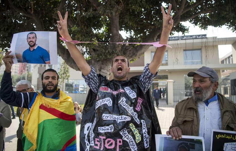 Des partisans du mouvement social du Hirak demandent la libération du leader de la contestation,Nasser Zefzafi, devant lacour d'appel de Casablanca, au Maroc,le 31octobre2017.