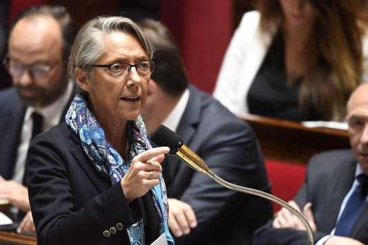 La ministre des transports, Elisabeth Borne, lors d'une séance de questions au gouvernement, le 10 avril, à l'Assemblée nationale, à Paris.