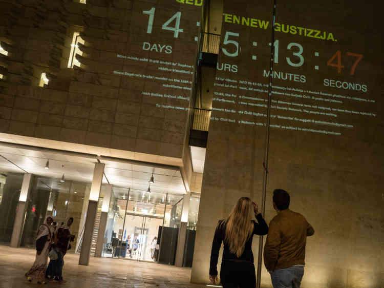 Une personne anonyme projette depuis la fenêtre de son appartement, sur le mur d'enceinte du Parlement maltais, à LaValette, le temps qui s'écoule depuis l'assassinat de la journaliste d'investigation Daphne Caruana Galizia et réclame par la même occasion la démission du chef de la police et du procureur général, jugés incompétents dans la résolution de cette affaire.