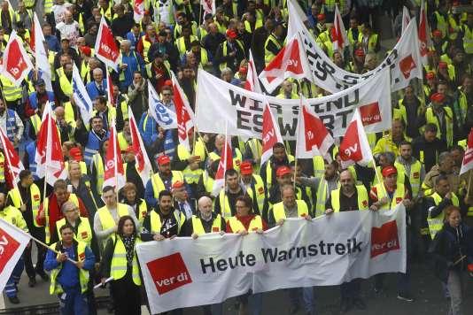 Manifestation à l'aéroport de Francfort le 10 avril organisée par le syndicat des employés du secteur public allemand Verdi. Sur les pancartes: aujourd'hui grève d'avertissement et Nous le valons bien