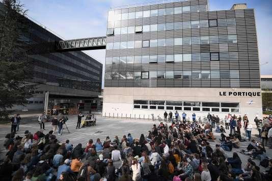 Devant l'université de Strasbourg le 10 avril.