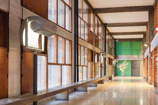 Luminaire Escargot par Le Corbusier, 1951-1952, version sur potence, pour l'Unité d'Habitation de Firminy, dans la Loire.