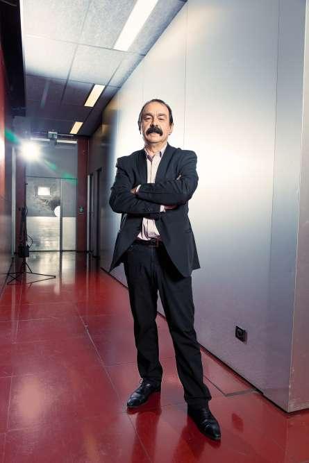 A 57 ans, Philippe Martinez reste un homme de combat et de principes. Mobilisé contre la réforme du statut des cheminots et une éventuelle privatisation de la SNCF, le leadeur de la CGT défend aussi l'idée que la cravate est l'objet symbolique du pouvoir. Ainsi, trois ans après s'être rendu à l'Elysée gorge nue, le revoilà vêtu d'une simple chemise, d'une veste essoufflée et d'un pantalon cassant de façon si généreuse et inélégante sur ses chevilles que l'on est obligé d'y voir un symbole : celui du contre-pouvoir, évidemment.
