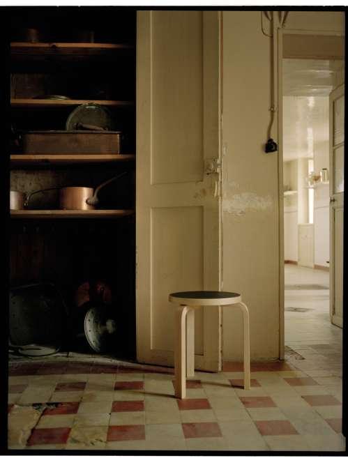 Tabouret, Stool 60, assise en linoléum noir, piétement cintré en L en bouleau, design Alvar Aalto, édition Artek, The Conran Shop.