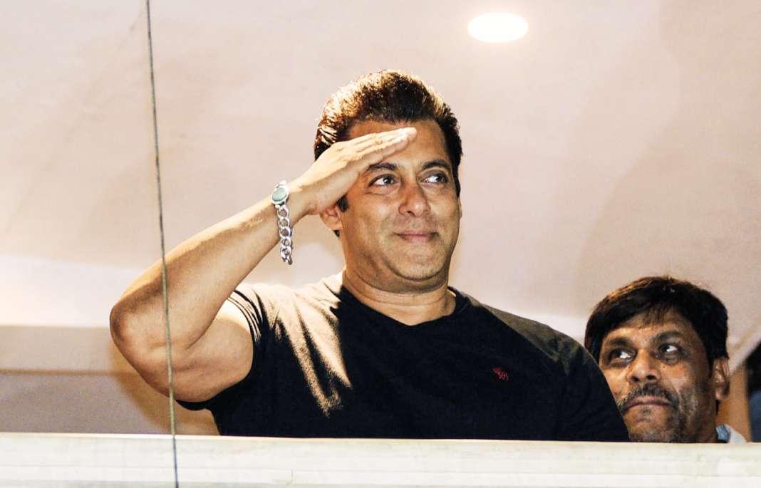 Salman Khan à son balcon à Bombay remerciant la foule venue le soutenir.