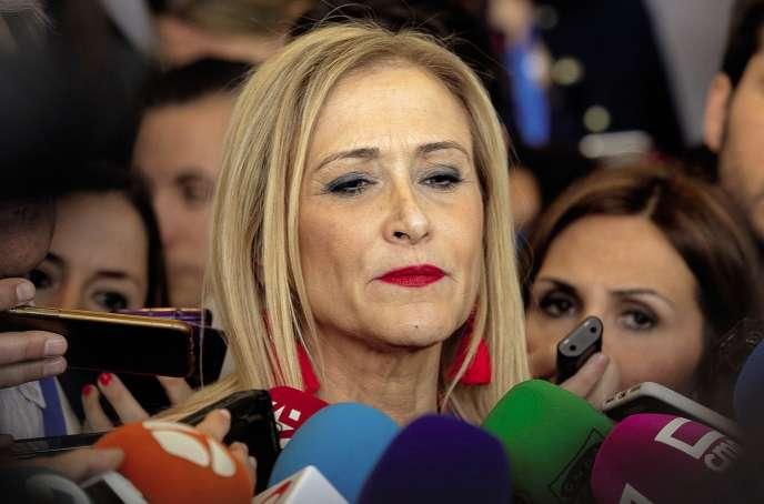 La présidente de la Communauté de Madrid,Cristina Cifuentes, nie vigoureusement les accusations quant à son diplôme, qui a été délivré par l'université Rey Juan Carlos, proche du Parti populaire.