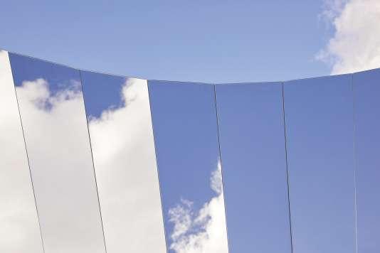 L'installation«Open Sky », de l'AméricainPhillip K. Smith III, présentée au Salon du meuble de Milan.