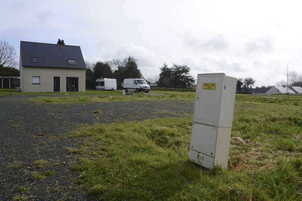 A Berrien, dans le Finistère, souvent cité en exemple, c'est pour sauver son école que l'équipe municipale de ce village de 997 habitants a imaginé, en juillet 2015, de vendre des terrains à un euro le mètre carré pour inciter des familles à venir s'y installer.