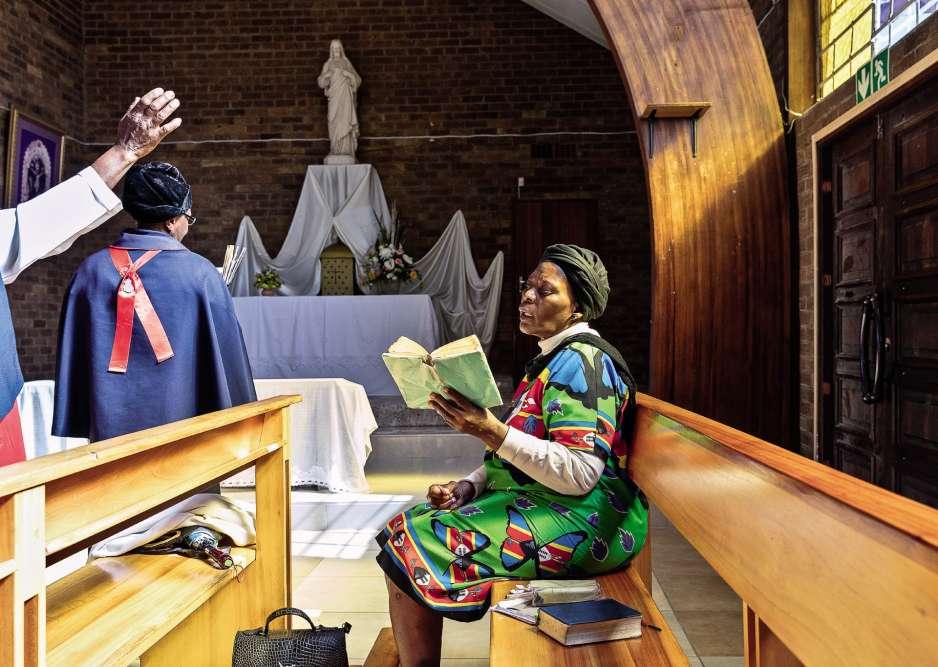 Eglise Regina Mundi, Soweto, 8 avril 2018, 10 h 13. Plus qu'un lieu de culte, un symbole. Cette église catholique fut longtemps le refuge des militants anti-apartheid. En 1976, lors de la révolte de Soweto, des étudiants noirs tentèrent d'échapper à la police en poussant ses portes. En vain. Aujourd'hui encore, on peut voir les traces des impacts de balles dans l'autel de marbre. Des années plus tard, Regina Mundi abritait la Commission vérité et réconciliation, présidée par l'archevêque Desmond Tutu. C'est donc logiquement dans ce haut lieu de la lutte contre l'apartheid que devaient se dérouler ce samedi 14 avril les obsèques de Winnie Madikizela-Mandela. Mais, devant l'affluence attendue à cette cérémonie digne d'un chef d'Etat, les autorités lui ontpréféré l'Orlando Stadium de Johannesburg et ses 40 000 places. L'ex-épousede Nelson Mandela est décédée le 2 avril, à 81 ans.