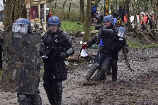Un gendarme blessé secouru par ses collègues lors des affrontements avec les zadistes, àNotre-Dame-des-Landes (Loire-Atlantique), le 10 avril.