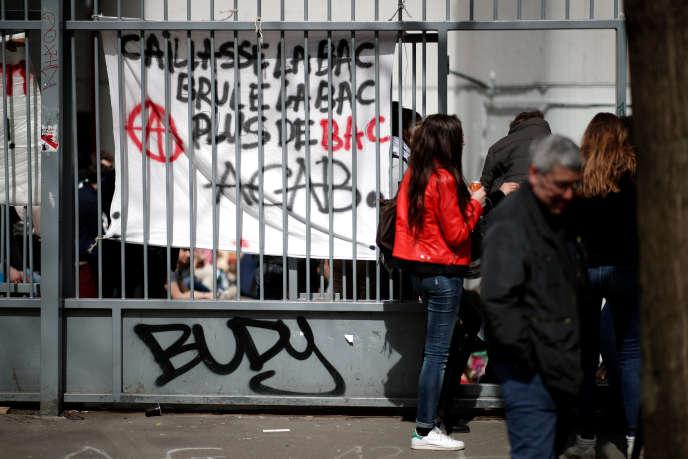 Le campus de Tolbiac (Paris-I) est occupé par des étudiants depuis le 3 avril. Les CRS sont intervenus pour faire évacuer le campus vendredi 20 avril au matin.