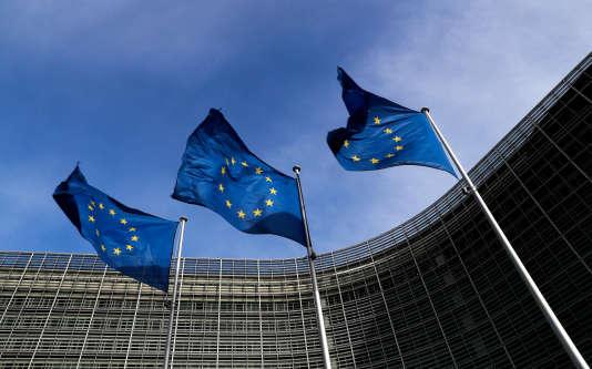 Devant le siège de la Commission européenne, à Bruxelles, le 12 mars.