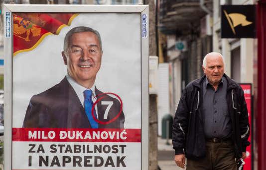 Une affiche électorale de Milo Djukanovic à Podgorica, au Monténégro, le 11 avril 2018.