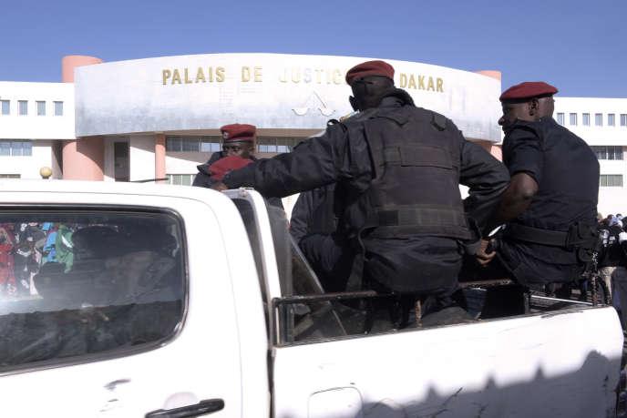 Devant le palais de justice de Dakar, en décembre 2017.