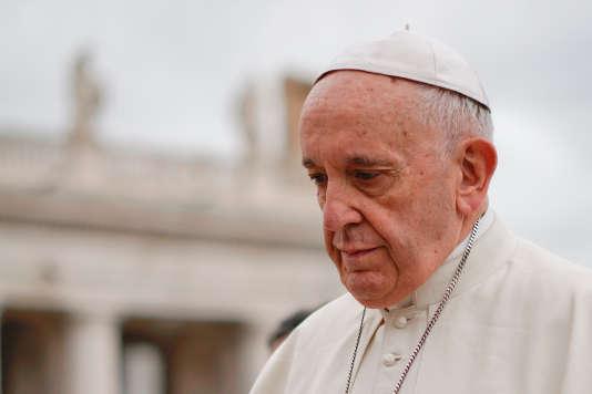 Le pape François sur la place Saint-Pierre de Rome, le 11 avril.