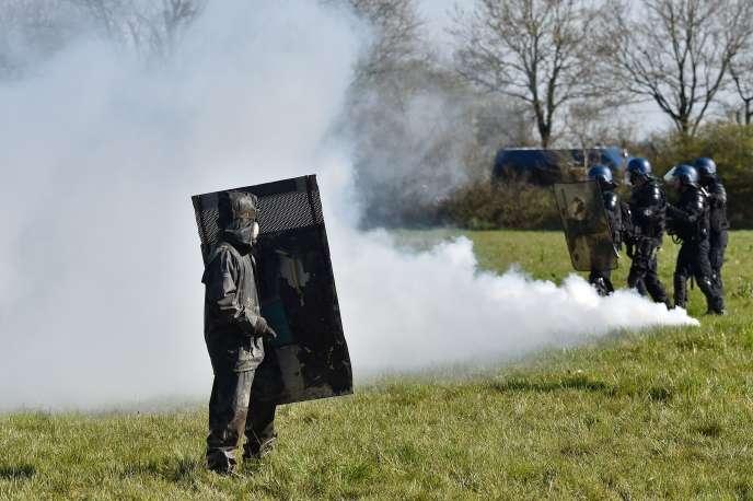 Un homme fait face aux gendarmes mobiles, durant les affrontements violents entre les forces de l'ordre et les résidents de la zone d'aménagement concertée (ZAD) à Notre-Dame-des-Landes, le 11 avril 2018.