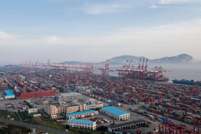 Dans le port de Yangshan, à Shanghaï.