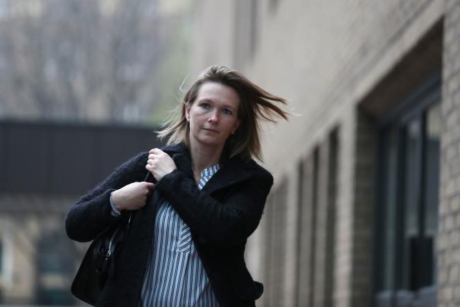 L'une des prévenus du procès de l'Euribor, Sisse Bohart, ex-employée de Barclays, à la sortie du tribunal de Southwark à Londres, le 11 avril.