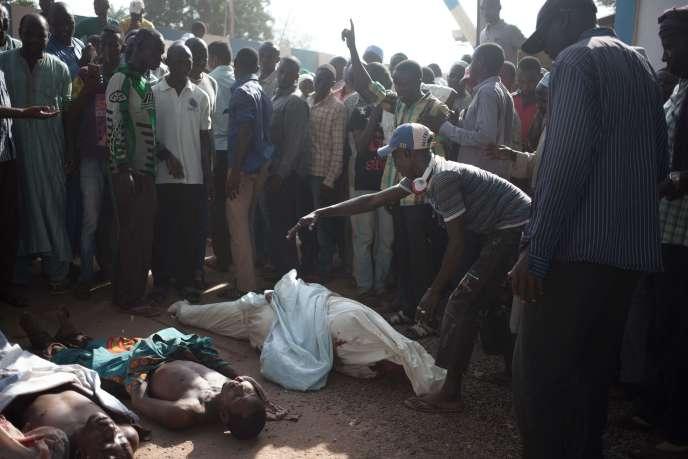Des résidents de PK5 sont venus déposer les cadavres de leurs 17 défunts, à Bangui, le11 avril.