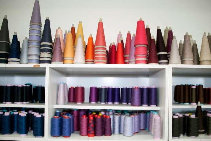 Aujourd'hui, la mode utilise plus de maille, notamment grâce au sportswear, par opposition au chaine et trame des chemises et tailleurs.