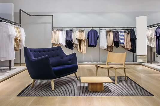 Dans les boutiques COS, le mobilier de designers est de rigueur. Ici, à Los Angeles, le Poet Sofa du Danois Finn Juhl.