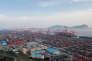 Un porte-conteneurs accoste dans le port de Yangshan à Shanghaï.